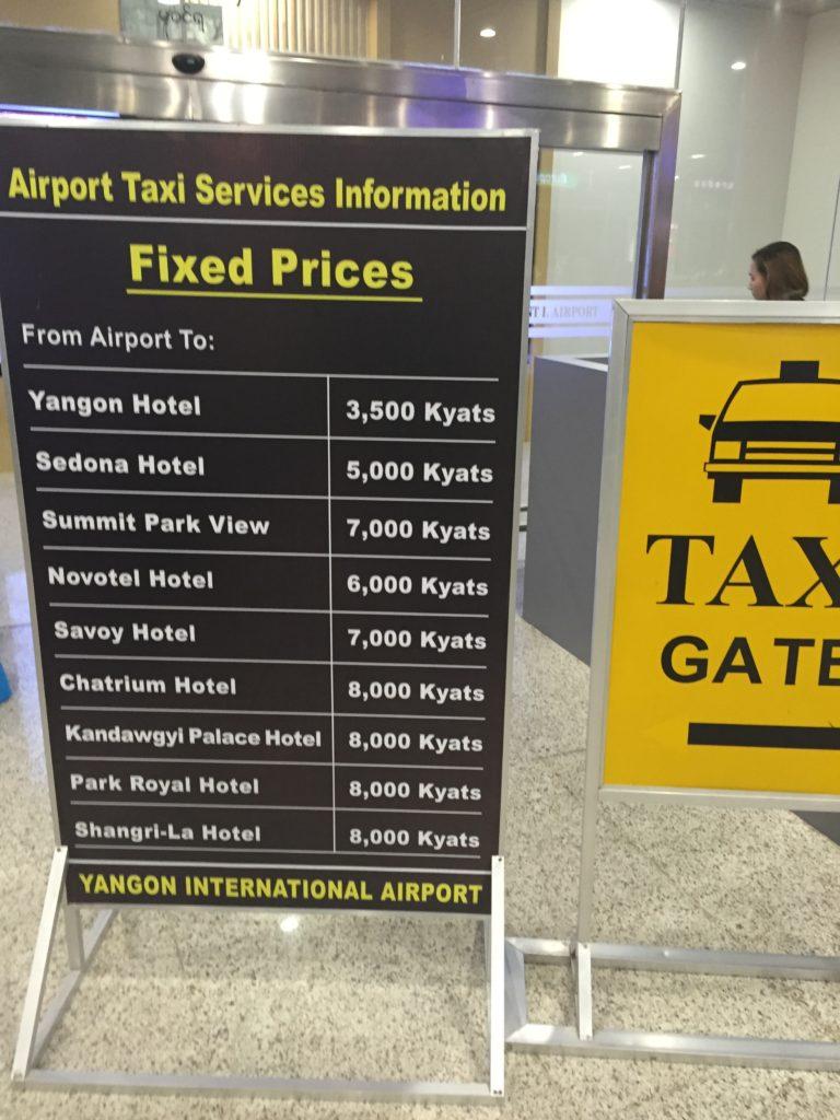 この看板が目印!タクシーカウンターで主なホテルへの料金が表示