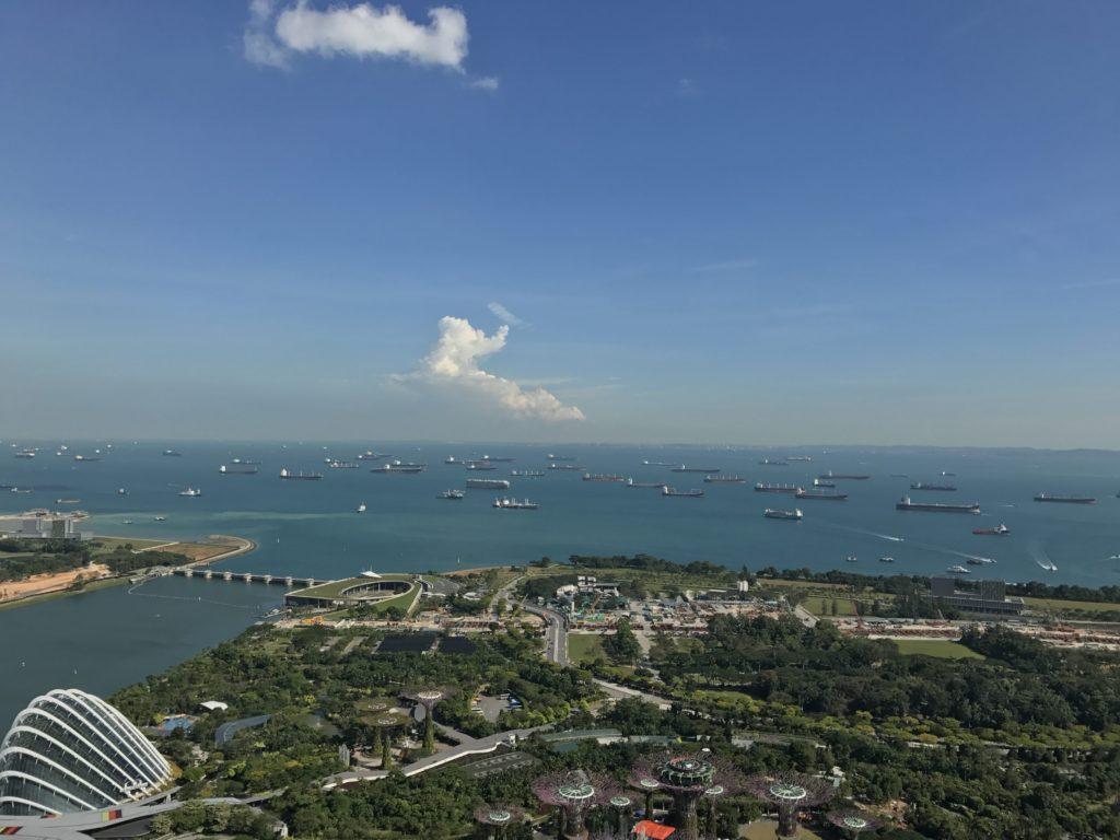 マリーナベイサンズ屋上から眺めるシンガポールの海上